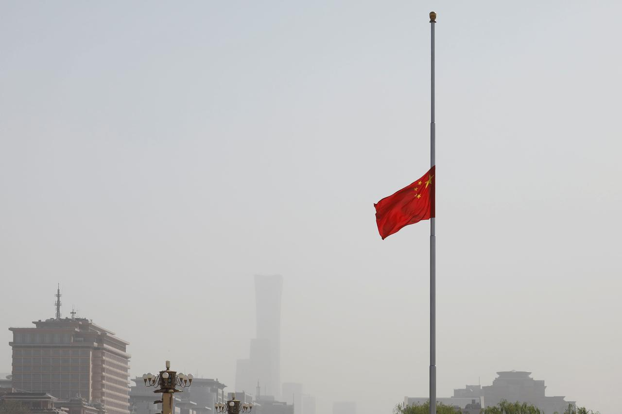 China mourns for the people who died in the coronavirus pandemic (2)